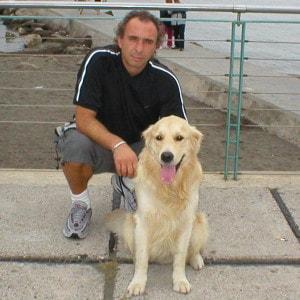 Uomo con cane razza Golden Retriever